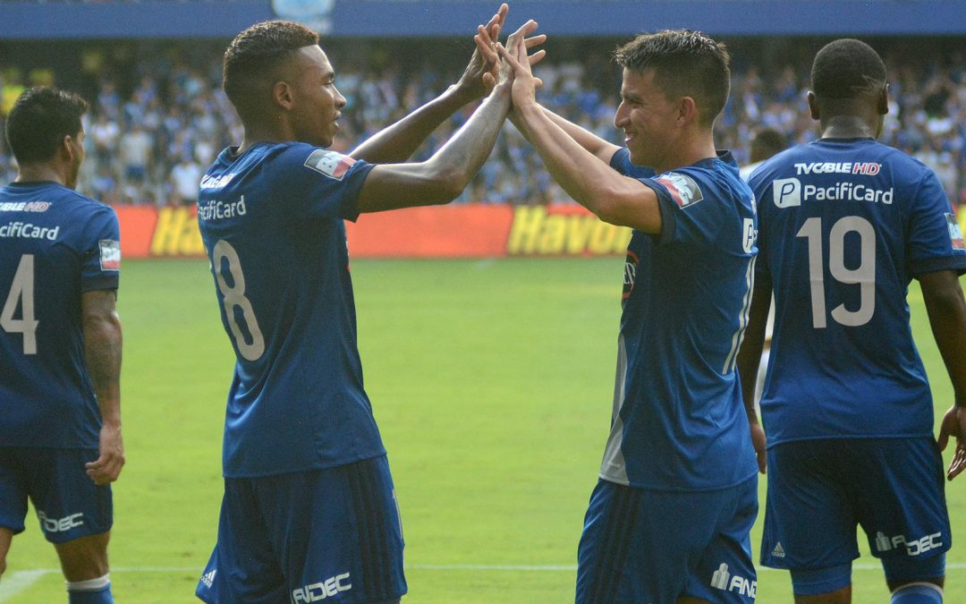Emelec, on the top, after defeating Catolica