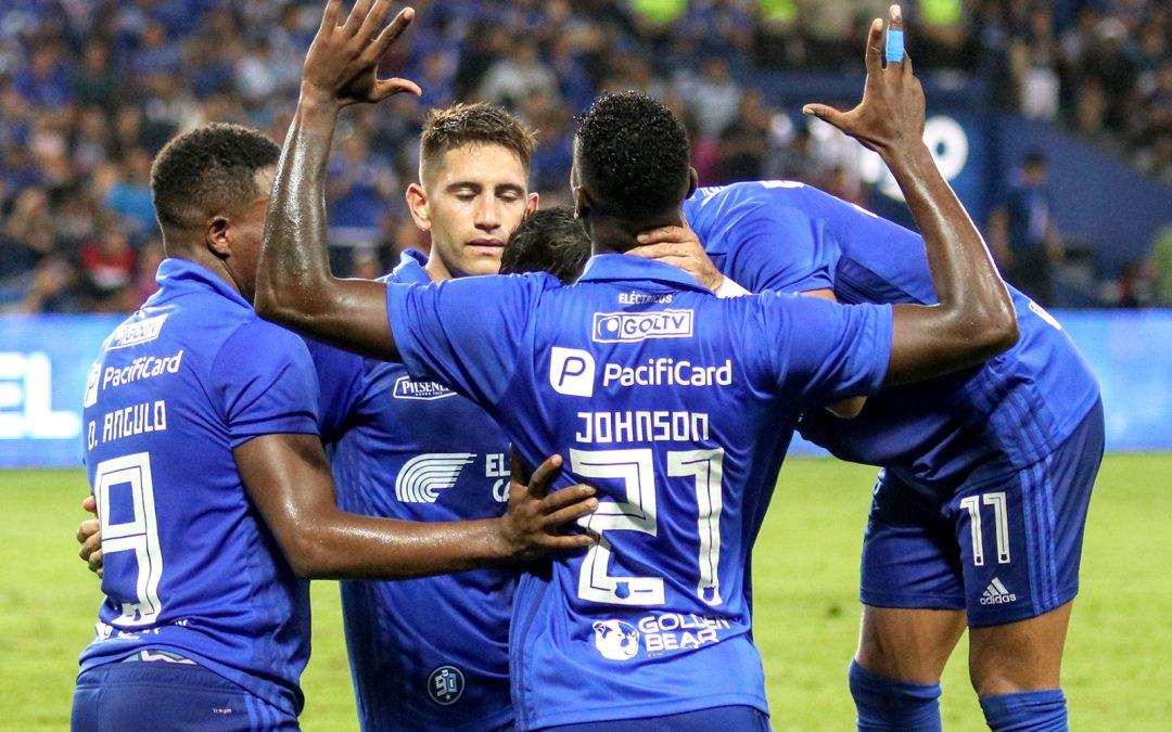 El primer plantel partió a Brasil para buscar la clasificación frente a Cruzeiro