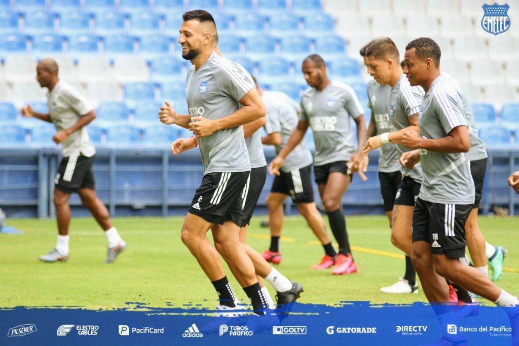 Jugadores de Emelec entrenan en el Estadio Capwell 2020. En primer plano, el argentino Aníbal Leguizamón