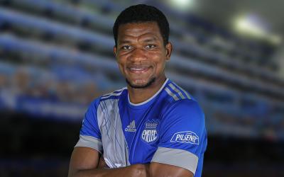 Emelec extiende contrato con Romario Caicedo.